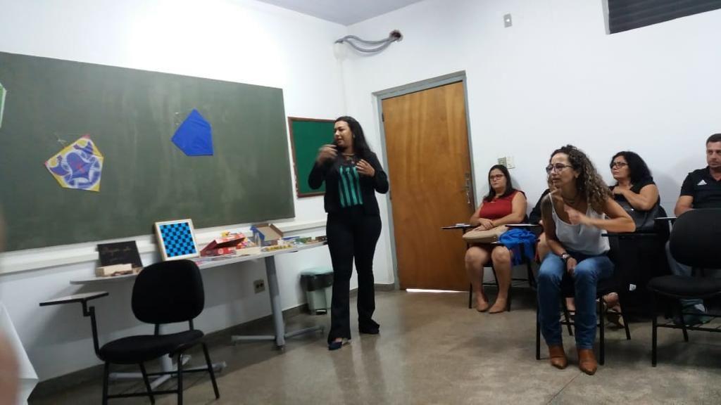 educadora da seciteci em apresentação de trabalhos